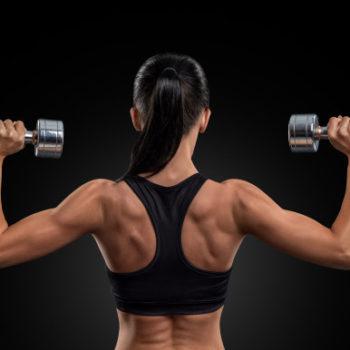 mujer-fitness-entrenamiento-musculos-espalda-pesas_147765-82